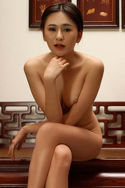 Asian goddess Wu Muxi exposes her stunning curves eroticaly
