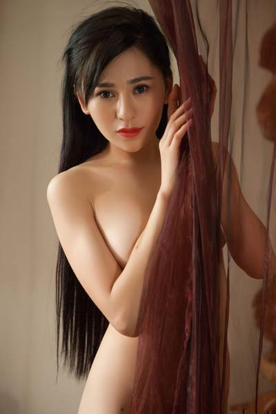 Foxy Asian beauty Wu Muxi shamelessly displays her slender body