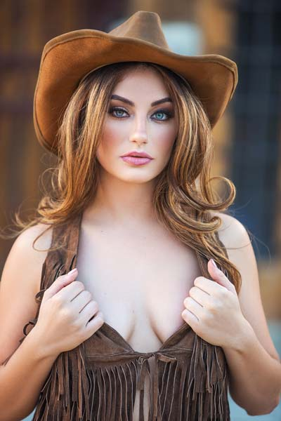 Stunning cowgirl Lauren Love teases with her perfect curvy body outdoors