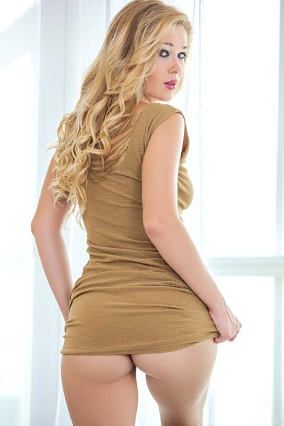 Stunning blonde in high heels Marianna Merkulova reveals her natural curves on the bed