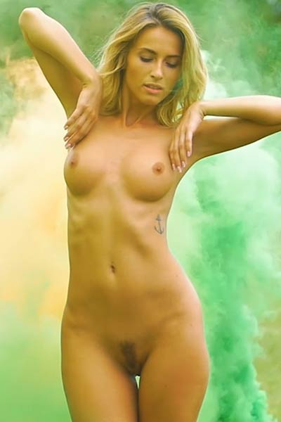 Cara Mell shows off irresistible naked body while posing outdoors
