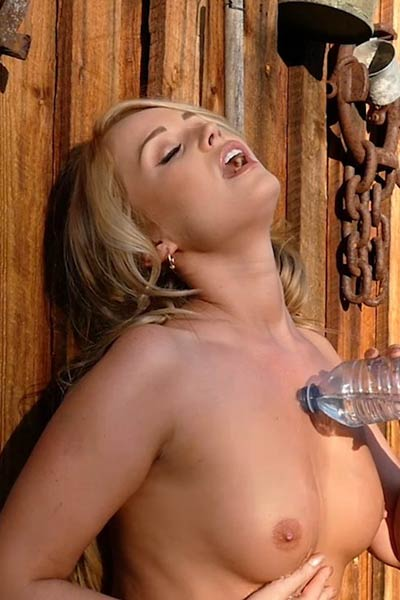 Stunning blonde Elyse Jean strips off and spreads her leg in backyard just for you