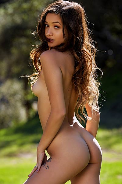 Alex De La Flor sets her slender body on fire with sensual posing