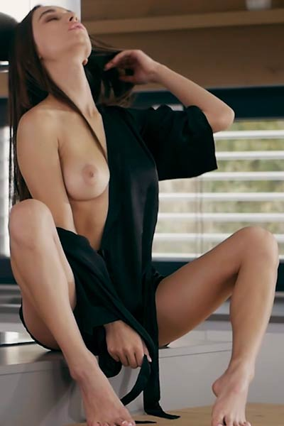 Perfect brunette Gloria Sol knows senusal posign skills and she is all about to present her body
