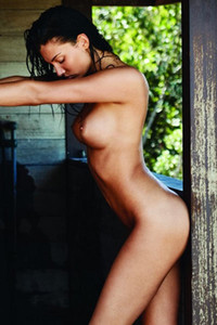Hottie with astonishing curves gives you one of her best photos
