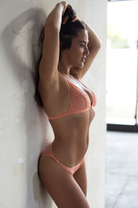 Gorgeous well curved babe shows off her gorgeous natural body